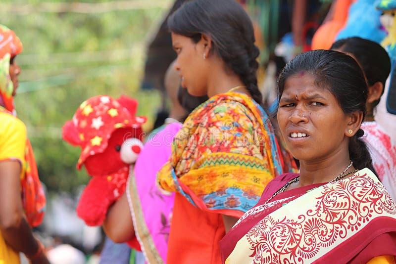 Ινδικό θηλυκό στο παραδοσιακό φόρεμα, Bhadrachalam, Ινδία στοκ εικόνα