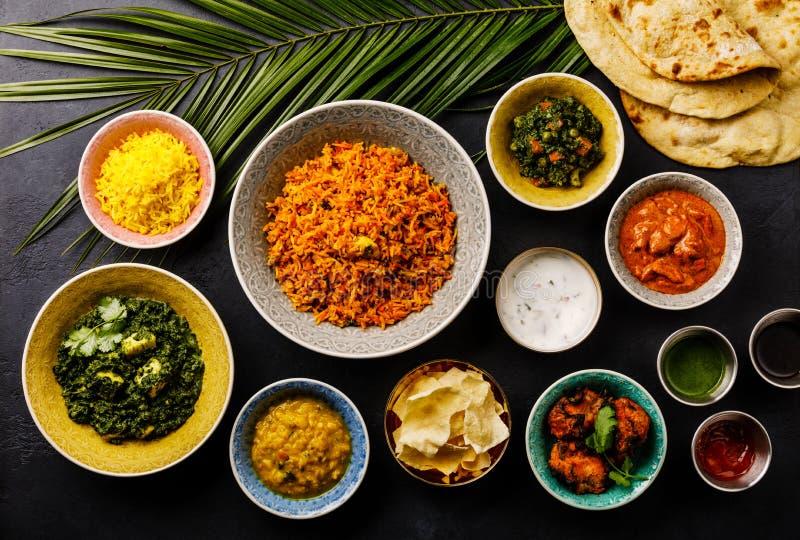Ινδικό κοτόπουλο κάρρυ τροφίμων βουτύρου, Palak Paneer, Chiken Tikka, Biryani, Papad, DAL, ρύζι με το σαφράνι και ψωμί Naan στοκ φωτογραφία με δικαίωμα ελεύθερης χρήσης