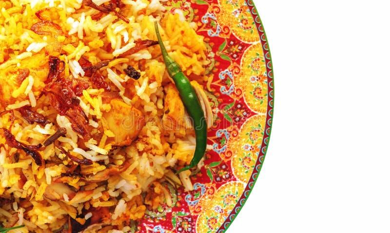 Ινδικό κοτόπουλο Biryani Halal που εξυπηρετείται με το raita ντοματών γιαουρτιού πέρα από το άσπρο υπόβαθρο r στοκ εικόνες