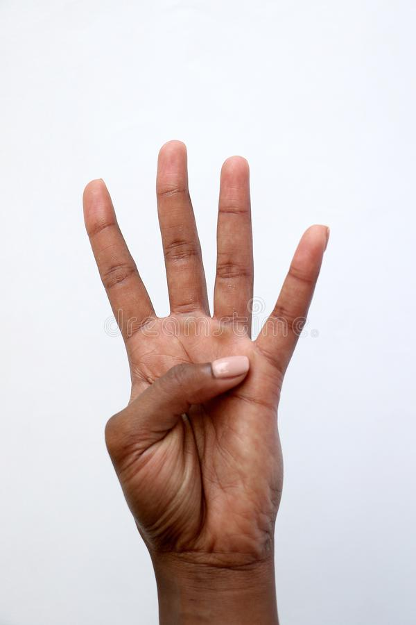 Ινδικό χέρι μαύρων Αφρικανών που παρουσιάζει αριθμό τέσσερα στοκ εικόνες