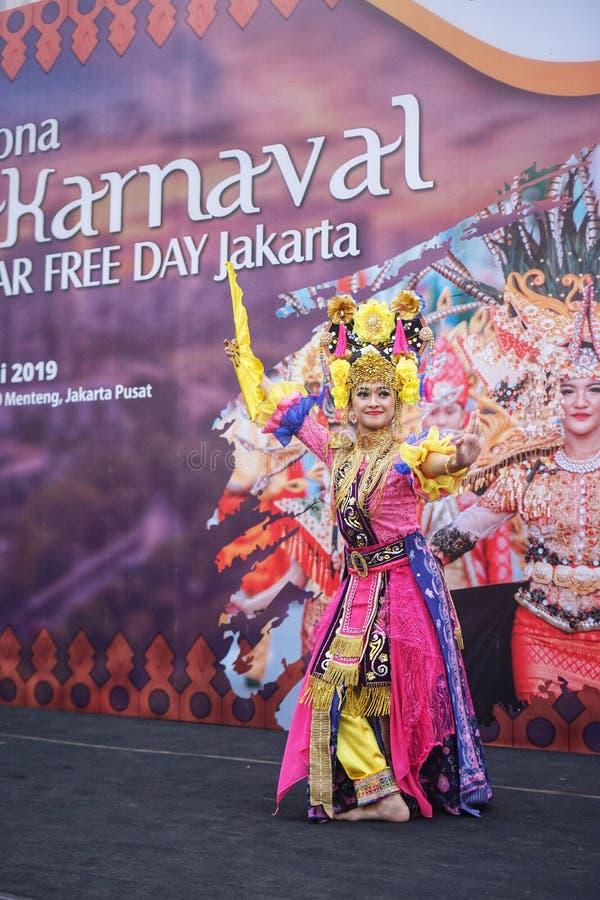 Ινδονησιακό κορίτσι που εκτελεί τον παραδοσιακό λαϊκό χορό Betawi στοκ εικόνα με δικαίωμα ελεύθερης χρήσης