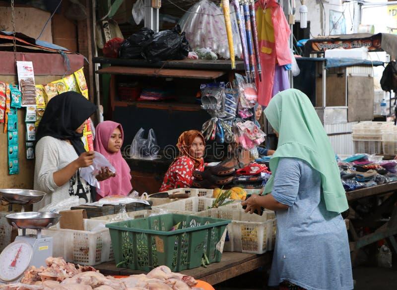 Ινδονησιακό μουσουλμανικό λαχανικό αγοράς νοικοκυρών από το θηλυκό πλανόδιο πωλητή στη φρέσκια αγορά στην Τζακάρτα στοκ εικόνες με δικαίωμα ελεύθερης χρήσης