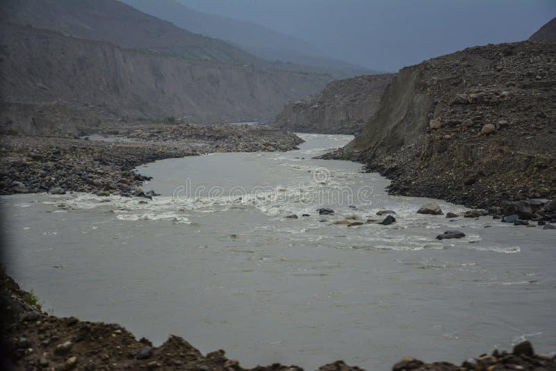 Ινδός ποταμός κατά μήκος της εθνικής οδού Karakoram στοκ φωτογραφίες