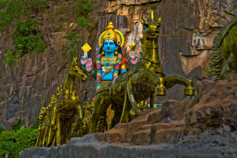 Ινδό άγαλμα Θεών Krishna με τα χρυσά άλογα στις σπηλιές Gombak Batu στοκ φωτογραφία με δικαίωμα ελεύθερης χρήσης