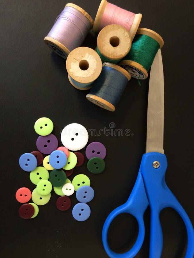 λινό καμβά κουμπιών που μετρά την καθορισμένη ράβοντας ταινία προμηθειών ψαλιδιού στοκ εικόνες