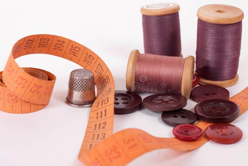 λινό καμβά κουμπιών που μετρά την καθορισμένη ράβοντας ταινία προμηθειών ψαλιδιού στοκ εικόνα