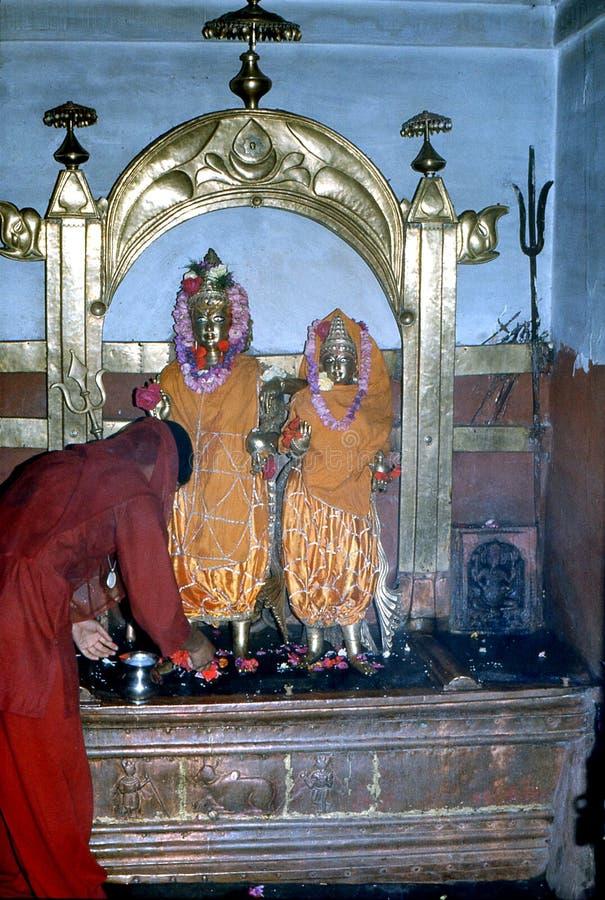 1977 Ινδία Ένας ινδός θιασώτης που πραγματοποιεί ένα Puja στοκ εικόνες
