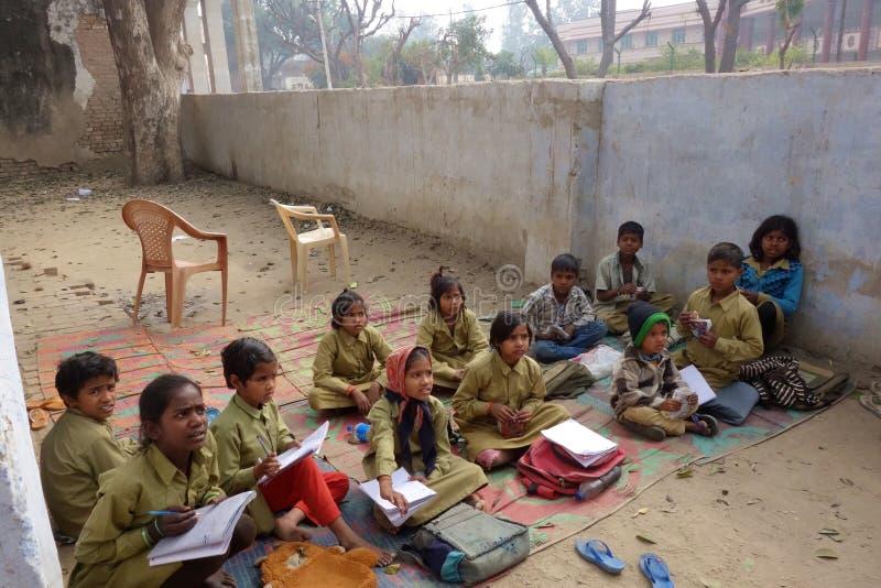 Ινδικά αγροτικά σχολικά παιδιά έξω στοκ εικόνα