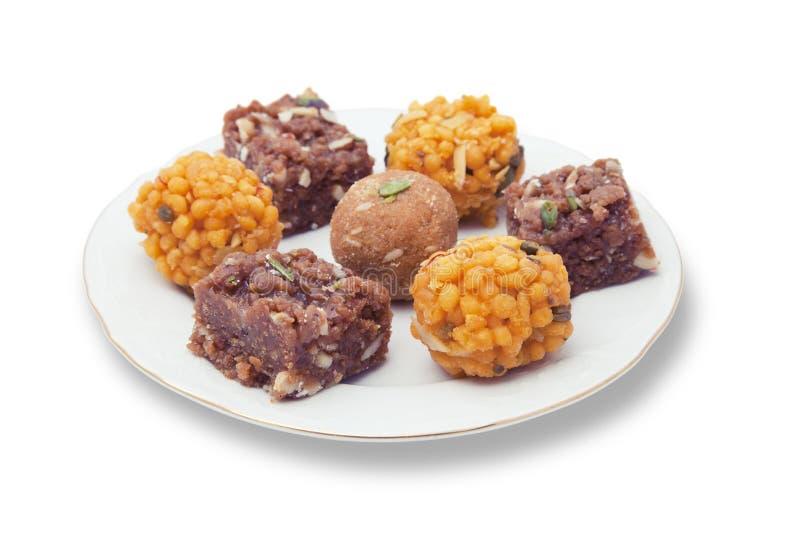 Ινδικά γλυκά σε ένα πιάτο στοκ εικόνες με δικαίωμα ελεύθερης χρήσης