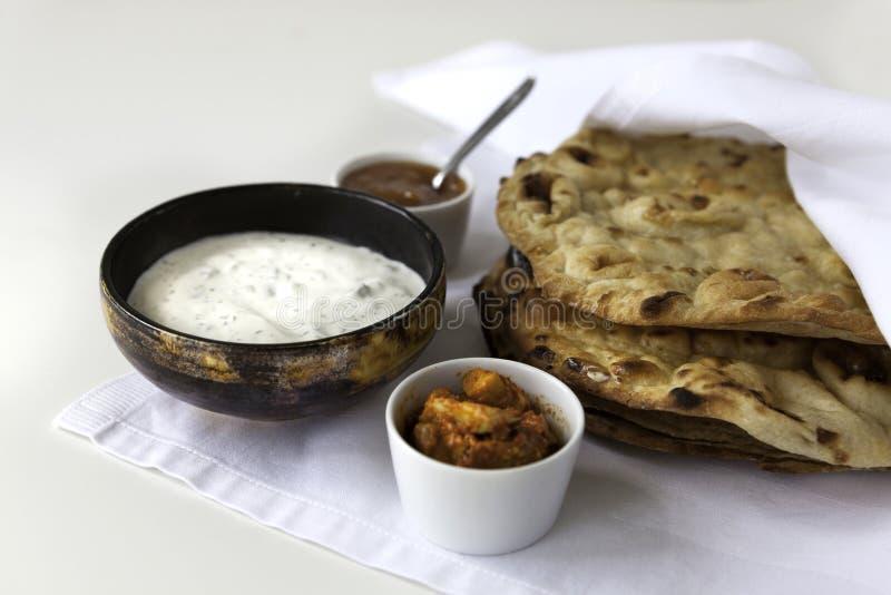 Ινδικά επίπεδα ψωμιά Naans με το άσπρο ύφασμα στοκ φωτογραφίες