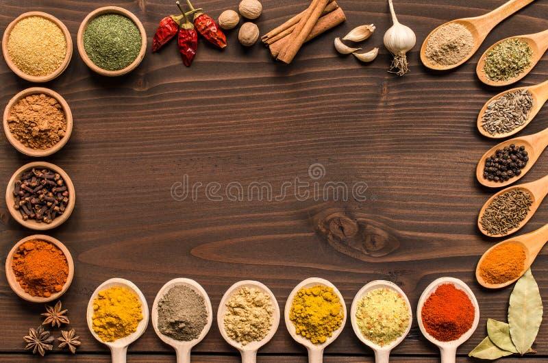 Ινδικά καρυκεύματα και ξηρό υπόβαθρο χορταριών - τοπ άποψη στοκ φωτογραφίες με δικαίωμα ελεύθερης χρήσης
