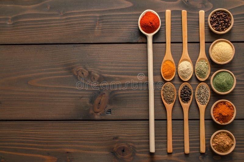 Ινδικά καρυκεύματα και χορτάρια στον ξύλινο πίνακα - τοπ άποψη στοκ φωτογραφίες