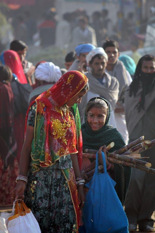 Ινδικά κορίτσια που περπατούν στην έκθεση καμηλών Pushkar στοκ εικόνες