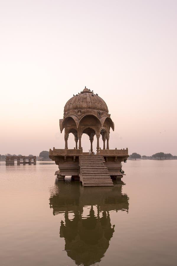 Ινδικά ορόσημα - ναός Gadi Sagar στη λίμνη Gadisar στοκ εικόνες