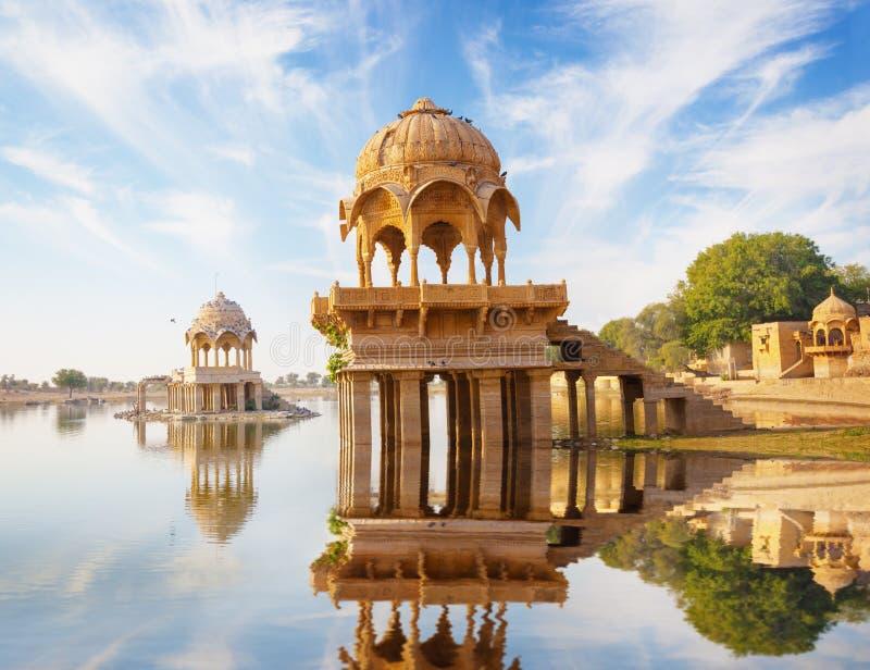 Ινδικά ορόσημα - ναός Gadi Sagar στη λίμνη Gadisar - Jaisalme στοκ εικόνα με δικαίωμα ελεύθερης χρήσης
