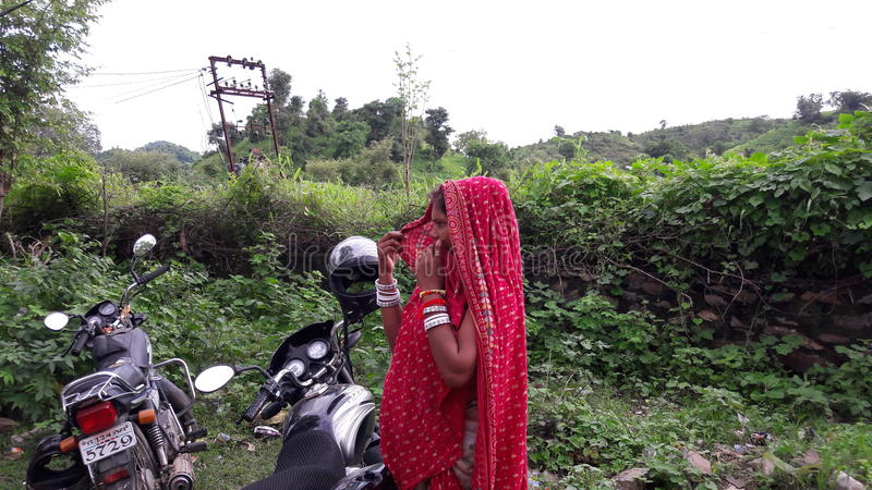 Ινδικές γυναίκες στην οδό πόλεων του Rajasthan στο πράσινο υπόβαθρο στοκ εικόνα