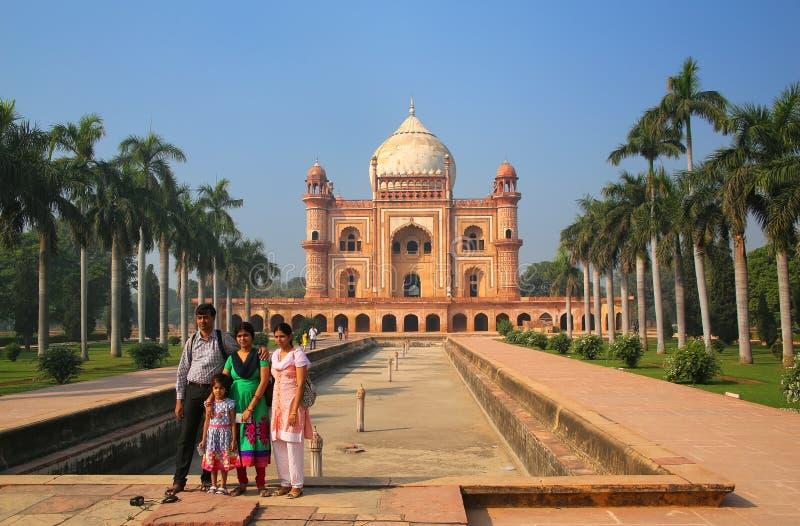 Ινδική οικογένεια που στέκεται μπροστά από τον τάφο Safdarjung σε νέο Del στοκ εικόνες