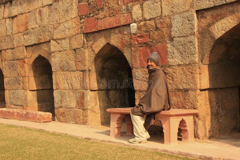 Ινδική συνεδρίαση ατόμων σε έναν πάγκο στο μαυσωλείο του ρυμουλκού Ghiyath Al-DIN στοκ εικόνες με δικαίωμα ελεύθερης χρήσης