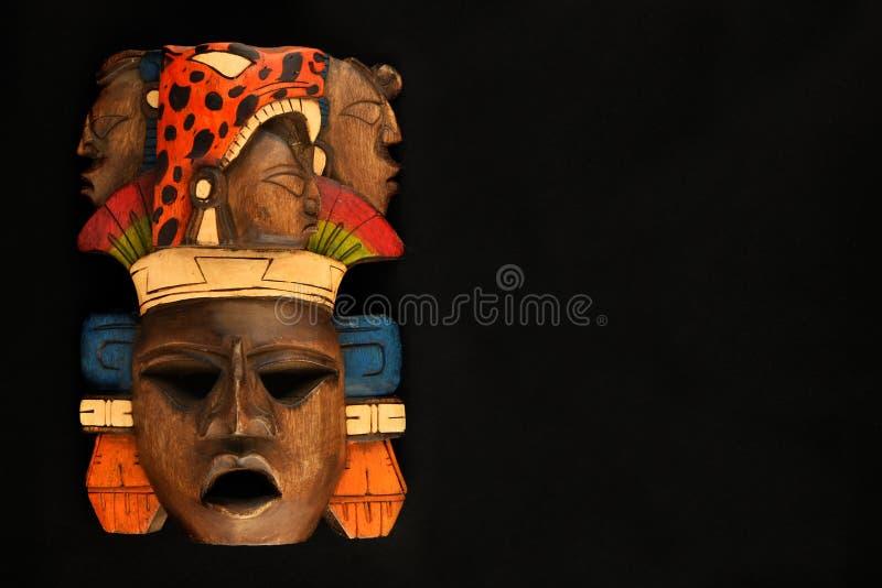 Ινδική των Μάγια των Αζτέκων ξύλινη χαρασμένη χρωματισμένη μάσκα που απομονώνεται στο Μαύρο στοκ εικόνα με δικαίωμα ελεύθερης χρήσης