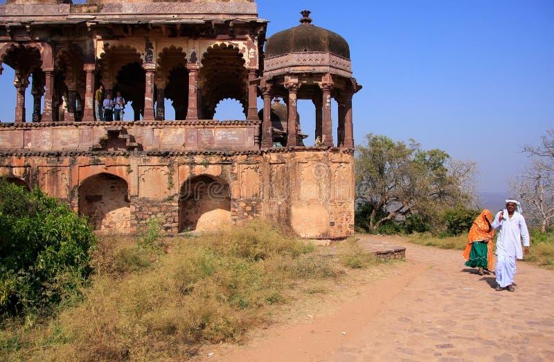 Ινδικοί άνδρας και γυναίκα που περπατούν κατά μήκος του παλαιού ναού, οχυρό Ranthambore, στοκ φωτογραφίες με δικαίωμα ελεύθερης χρήσης