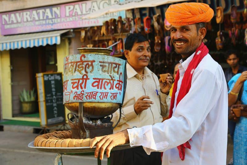 Ινδικός πλανόδιος πωλητής του τσαγιού στοκ εικόνα με δικαίωμα ελεύθερης χρήσης