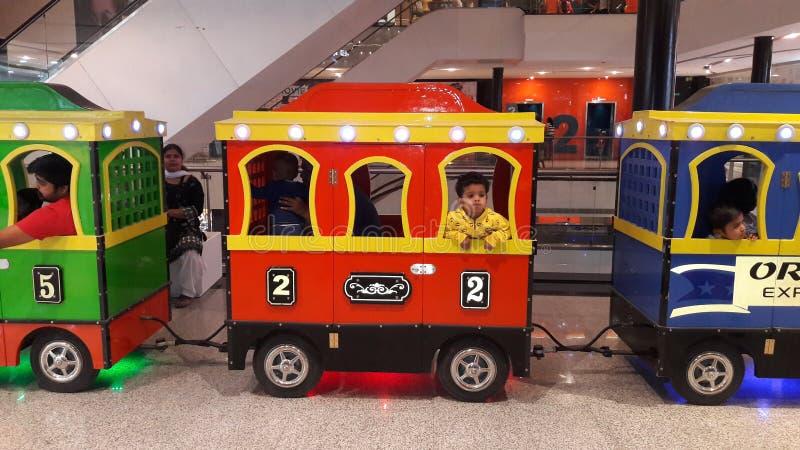 Ινδικό αγοράκι στο τραίνο παιχνιδιών που φαίνεται εγκαταλειμμένο στοκ εικόνες