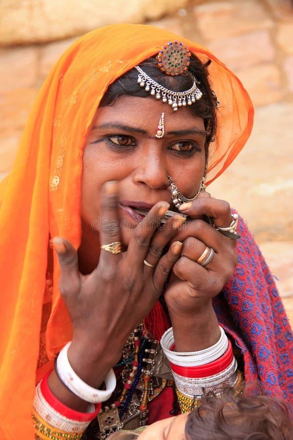 Ινδικό παιχνίδι γυναικών στη στοματική άρπα, οχυρό Jaisalmer, Ινδία στοκ εικόνα με δικαίωμα ελεύθερης χρήσης