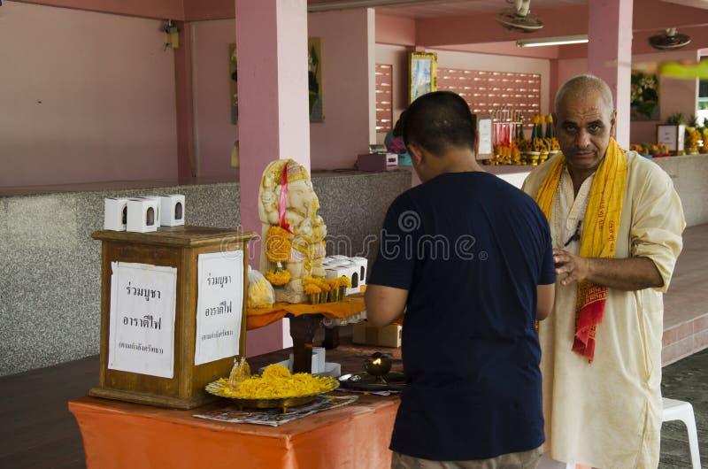 Ινδικό παλαιό να κάνει ατόμων αξίζει και τελετουργικό ινδό ύφος για το ταϊλανδικό άτομο στο Λόρδο Ganesha Park στοκ φωτογραφίες με δικαίωμα ελεύθερης χρήσης