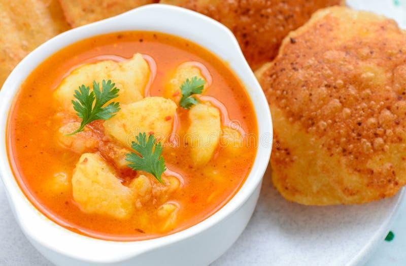Ινδικό πιάτο γεύμα-ζωμού που εξυπηρετείται με τηγανισμένος flatbread στοκ φωτογραφία με δικαίωμα ελεύθερης χρήσης