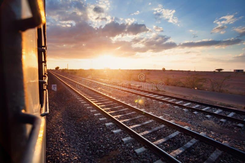 Ινδικό τραίνο στο ηλιοβασίλεμα στοκ φωτογραφίες