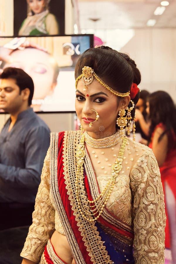 Ινδικό όμορφο πρότυπο μόδας (νυφικό κοιτάξτε) στοκ εικόνες