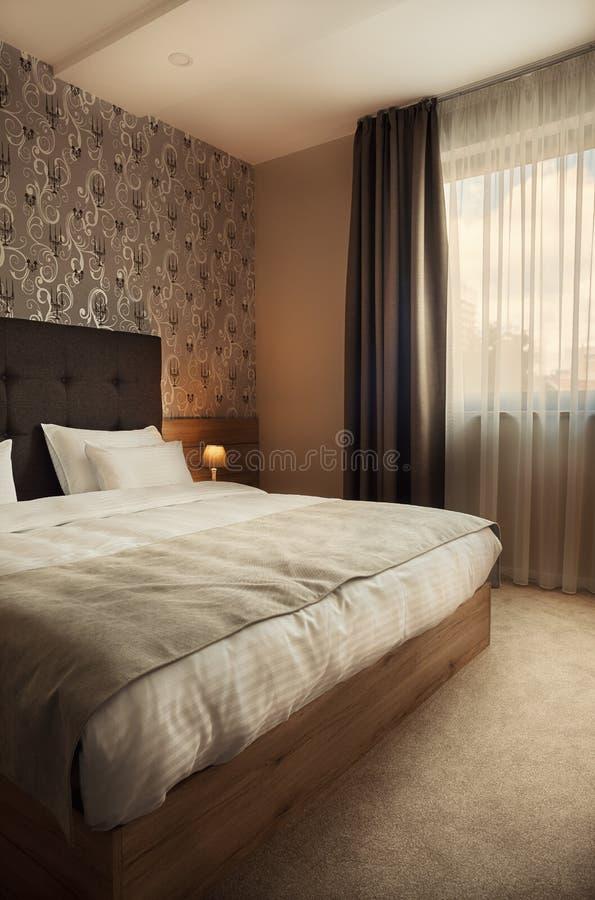 διορισμένο υπέροχα τοποθετώντας στο κρεβάτι λεπτό ξενοδοχείο εσωτερικό δωμάτιο στοκ φωτογραφία