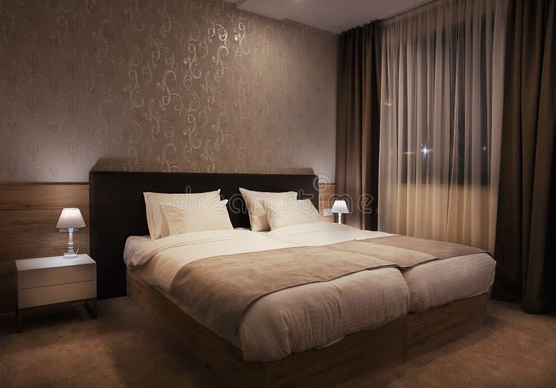 διορισμένο υπέροχα τοποθετώντας στο κρεβάτι λεπτό ξενοδοχείο εσωτερικό δωμάτιο στοκ εικόνες
