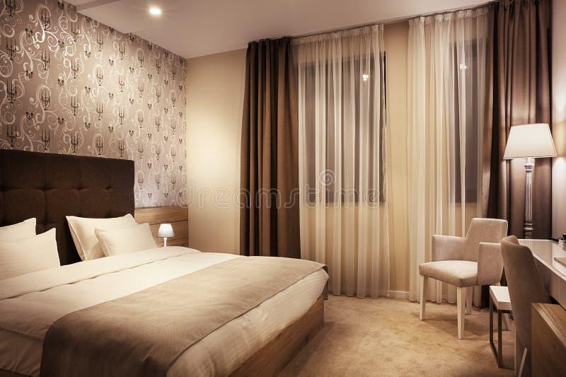 διορισμένο υπέροχα τοποθετώντας στο κρεβάτι λεπτό ξενοδοχείο εσωτερικό δωμάτιο στοκ εικόνα με δικαίωμα ελεύθερης χρήσης