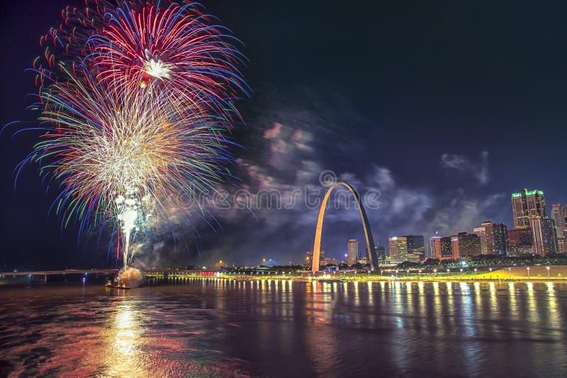 4 Ιουλίου πυροτεχνήματα εορτασμού ΑΜΕΡΙΚΑΝΙΚΗΣ ανεξαρτησίας, λόγοι αψίδων του Σαιντ Λούις στοκ φωτογραφία