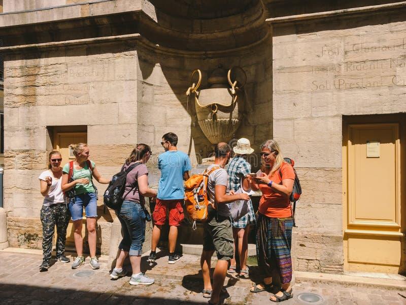 18 Ιουλίου 2017 πόλη της Γαλλίας Cluny, η περιοχή Burgundy: Οι τουρίστες ανθρώπων περπατούν κατά μήκος της παλαιάς στενής οδού τη στοκ φωτογραφίες με δικαίωμα ελεύθερης χρήσης