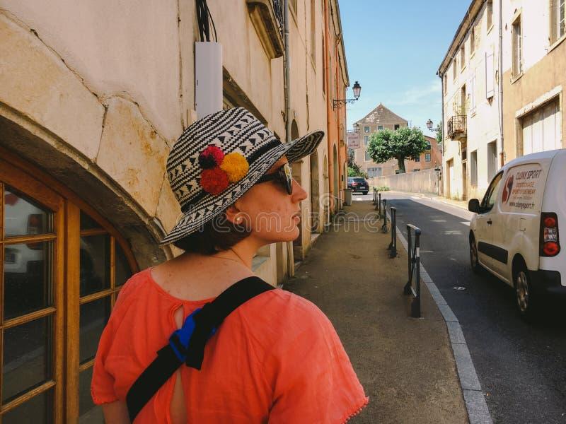 18 Ιουλίου 2017 πόλη της Γαλλίας Cluny, η περιοχή Burgundy: Οι τουρίστες ανθρώπων περπατούν κατά μήκος της παλαιάς στενής οδού τη στοκ εικόνα με δικαίωμα ελεύθερης χρήσης