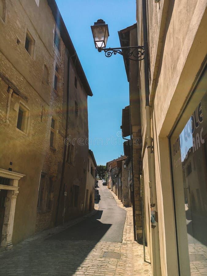 18 Ιουλίου 2017 πόλη της Γαλλίας Cluny, περιοχή Burgundy: Παλαιά στενή οδός του κεντρικού μέρους της πόλης το καυτό, ηλιόλουστο κ στοκ εικόνα