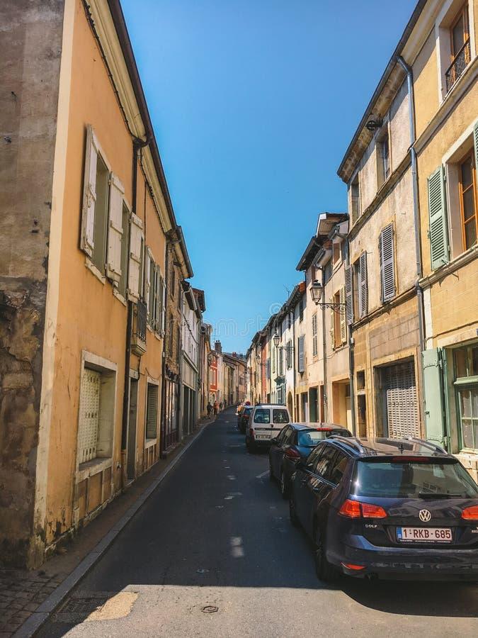 18 Ιουλίου 2017 πόλη της Γαλλίας Cluny, περιοχή Burgundy: Παλαιά στενή οδός του κεντρικού μέρους της πόλης το καυτό, ηλιόλουστο κ στοκ εικόνες