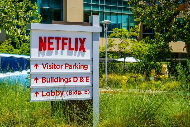 30 Ιουλίου 2018 Los Gatos/ασβέστιο/ΗΠΑ - λογότυπο Netflix μπροστά από την έδρα τους που τοποθετείται στη Σίλικον Βάλεϊ  νότιο Σαν στοκ φωτογραφίες