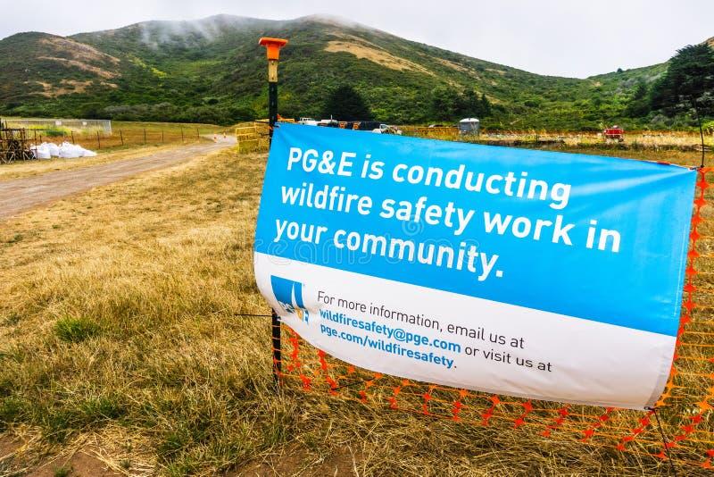 4 Ιουλίου 2019 Sausalito/ασβέστιο/ΗΠΑ - σημάδι PG&E που δηλώνει ότι η επιχείρηση διευθύνει την εργασία ασφάλειας πυρκαγιών στοκ φωτογραφία με δικαίωμα ελεύθερης χρήσης