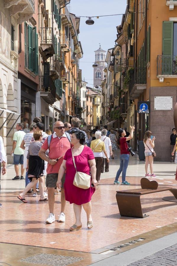 10 Ιουνίου 2017, δύο τουρίστες στις κόκκινες, μαγικές οδούς της Βερόνα, στηθόδεσμος πλατειών, Ιταλία στοκ εικόνες με δικαίωμα ελεύθερης χρήσης