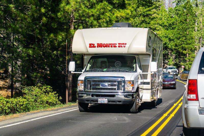 26 Ιουνίου 2019 εθνικό πάρκο Yosemite/ασβέστιο/ΗΠΑ - EL Monte rv που ταξιδεύει στην εθνική οδό 120 μια ηλιόλουστη θερινή ημέρα  Π στοκ εικόνα
