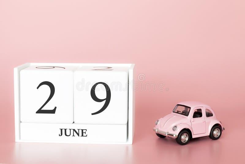 29 Ιουνίου Ημέρα 29 του μήνα Ημερολογιακός κύβος στο σύγχρονο ρόδινο υπόβαθρο με το αυτοκίνητο στοκ φωτογραφίες με δικαίωμα ελεύθερης χρήσης