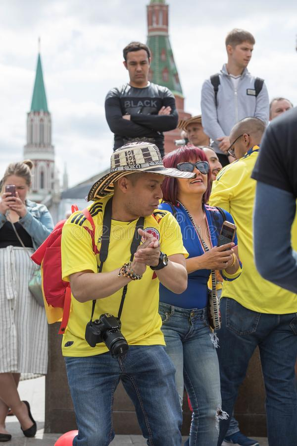 14 Ιουνίου 2018 Η Ρωσία, Μόσχα, FIFA, οπαδοί ποδοσφαίρου έχει ένα υπόλοιπο στην κόκκινη πλατεία σε 6 ώρες πριν από το άνοιγμα του στοκ εικόνα με δικαίωμα ελεύθερης χρήσης