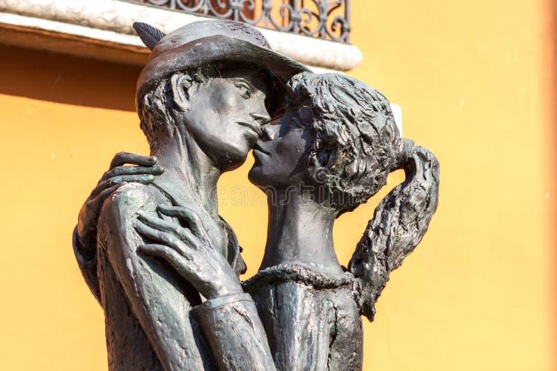 11 Ιουνίου 2016 Ιταλία - μνημείο στο φιλώντας αγόρι και το κορίτσι BA στοκ φωτογραφία με δικαίωμα ελεύθερης χρήσης