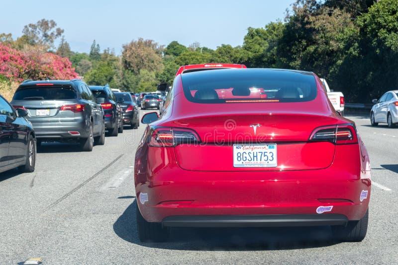 14 Ιουνίου 2019 λόφοι Los Altos/ασβέστιο/ΗΠΑ - διαμορφώστε 3 τέσλα προωθώντας αργά σύμφωνα με τον αυτοκινητόδρομο ι-280 προς το S στοκ εικόνες με δικαίωμα ελεύθερης χρήσης