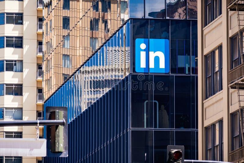 30 Ιουνίου 2019 Σαν Φρανσίσκο/ασβέστιο/ΗΠΑ - μεγάλα γραφεία LinkedIn στο στο κέντρο της πόλης Σαν Φρανσίσκο  Το LinkedIn είναι μι στοκ εικόνες