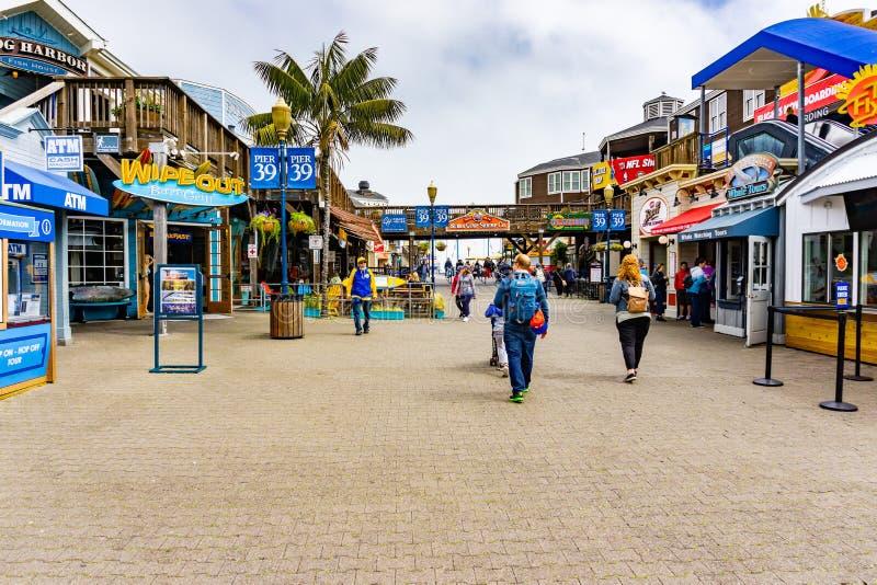 3 Ιουνίου 2019 Σαν Φρανσίσκο/ασβέστιο/ΗΠΑ - οι επισκέπτες περπατούν στην αποβάθρα 39, ένα εμπορικό κέντρο και ένα δημοφιλές τουρι στοκ εικόνες