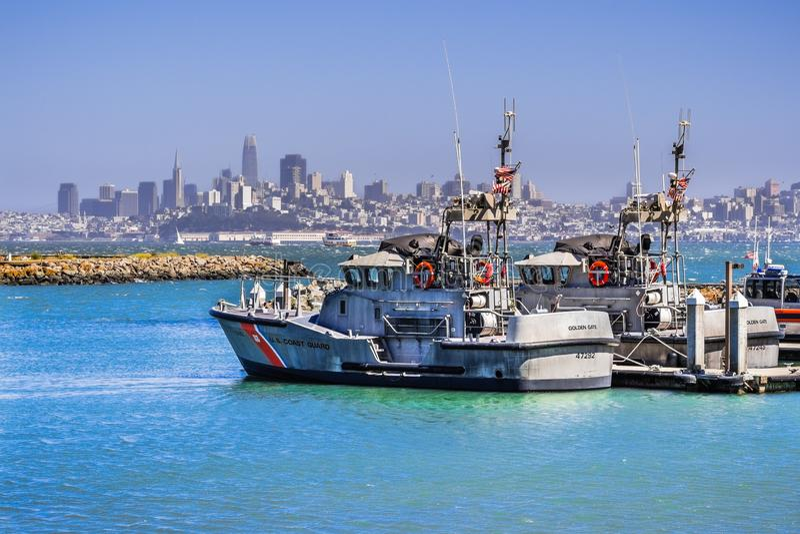 29 Ιουνίου 2018 Sausalito/ασβέστιο/ΗΠΑ - αμερικανική βάρκες ακτοφυλακής στο χρυσό σταθμό πυλών  η οικονομική περιοχή του Σαν Φραν στοκ εικόνες με δικαίωμα ελεύθερης χρήσης